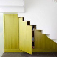 placard garde-manger sous escalier avec portes vertes sur-mesure