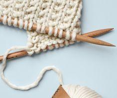 Le point de sable le point de sable se tricote toujours sur un nombre de mailles impairs. Rangs impairs : tricoter toutes les mailles à l'endroit. Rangs pairs : tricoter 1 maille endroit suivie d'1 maille envers. Répéter toujours ces 2 mailles puis terminer par une maille endroit. Laine et aiguilles
