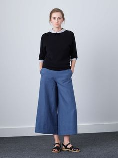WOMENS HIGH WAISTED, WIDE CUT CULOTTE TROUSER. CROPPED WITH FLAT FRONT, 2 SLANT POCKETS AND SIDE TAB BUTTON FASTENING. FINISHED WITH MOTHER OF PEARL BUTTONS.  100% LINEN DRY CLEAN