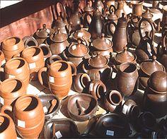 ARTESANÍA CHILENA:  Pomaire es un pueblo turistico de artesanos alfareros  Su principal atractivo es la calle principal donde se vende artesanía en greda (o arcilla) y se ofrecen los platos típicos de la cocina chilena, como son el pastel de choclo y la empanada.  La cerámica se caracteriza por su tonalidad rojiza y superficie lisa y brillante. Su tradición alfarera se remonta desde antes de la llegada de los españoles. Es posible encontrar vasijas, pailas, adornos y artículos de…