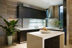 L Shaped Kitchen inspiration for your beloved home. L Shaped Kitchen with Island, and much more in this article to make your home beauty Modern L Shaped Kitchens, L Shaped Kitchen Designs, Luxury Kitchens, Small Kitchens, Kitchen Island With Stove, Black Kitchen Cabinets, Modern Kitchen Island, Cream Cabinets, Kitchen Trolley