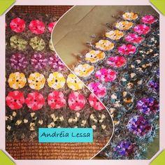 Meu tapete feito em fio barroco colorido e barroco decore verde, são flores em um jardim....