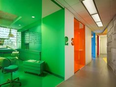 Color blocking to the MAX--Implantlogyca Dental Office Interiors / Antonio Sofan…