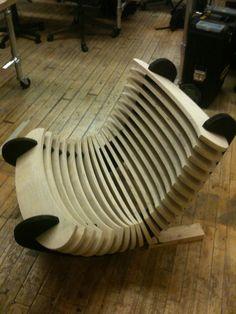 CNC Rocking Chair 1.0  Les différentes lattes de bois sont assemblées à chaque extrémités par des lates composées d'encoches. Le  nombre d'encoches est donc reduit.