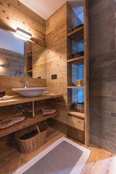 Casa Masso - Arte Rovere Antico Chalet Design, Cabin Design, House Design, Mountain House Decor, Chalet Interior, Cabin Bathrooms, Cottage Bath, Basement House, Cabin Interiors