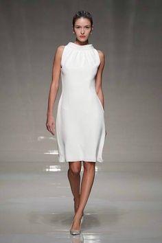 Serei só eu, ou este vestido de noiva faz lembrar o lendário interrogatório protagonizado por Sharon Stone no filme 'Instinto Fatal'? De Stewart Parvin 2013.