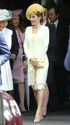 Queen Latizia in a light yellow outfit