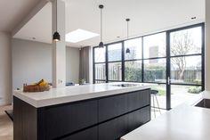 6 x modern extension homes: Inspiration and photos Kitchen Flooring, Kitchen Furniture, Kitchen Interior, Kitchen Colour Schemes, Kitchen Colors, Lounge Design, White Kitchen Cabinets, Open Plan Kitchen, Kitchen Ideas