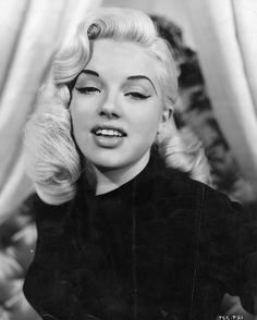 Vintage pin-up Old Hollywood classic actress Diana Dors works this beautiful hair style. Diana Dors, Cabelo Pin Up, Peinados Pin Up, Pinup, 1950s Hairstyles, Wedding Hairstyles, Pin Up Hairstyles, 1940s Hairstyles For Long Hair, Female Hairstyles