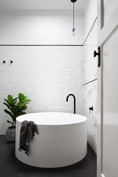 How to Choosing Your New Bathtub Rooms Decoration, Decoration Design, Bathroom Renos, Laundry In Bathroom, Bathroom Remodeling, Modern Bathroom, Small Bathroom, Round Bath, Standing Bath