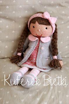 Dominika i jej różowy zajączek- lalka wykonana na szydełku. Lalka ubrana jest w sukienkę oraz płaszczyk oraz szydełkowane buciki. Na głow...