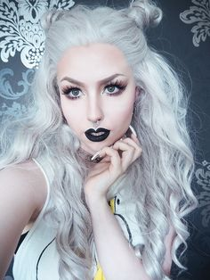 Gorgeous! She reminds me of the White Queen from Tim Burton's Alice in Wonderland...