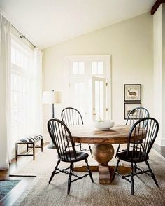 Classic meets modern | Daily Dream Decor. Love this dining room