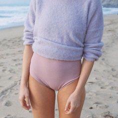 Lev vid havet i baddräkt och varm tröja.