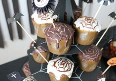 まっくろくろすけがいっぱい!モノトーンのおしゃれ可愛いハロウィンパーティー演出   Happy Birthday Project - Part 2 Caramel Apples, Halloween, Cake, Happy, Desserts, Food, Tailgate Desserts, Pie, Kuchen