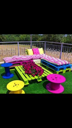 Cute outside DIY furniture ( not in thoughs colors though) Used Pallets, Wooden Pallets, 1001 Pallets, Painted Pallets, Recycled Pallets, Furniture Making, Diy Furniture, Backyard Furniture, Painted Garden Furniture