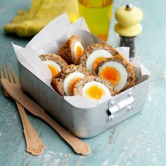 Scotch eggs Packed lunches are made so much better by the addition of a Scotch egg. This tasty and healthy version makes a great snack too. Slimming World Snacks, Slimming World Recipes, Jai Faim, Scotch Eggs, Tasty, Yummy Food, Delicious Meals, Cooking Recipes, Healthy Recipes