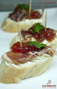 Pincho de jamón ibérico  con mermelada de tomate Yummy Appetizers, Yummy Snacks, Appetizer Recipes, Yummy Food, Spanish Dishes, Spanish Tapas, Best Spanish Food, Wine Recipes, Cooking Recipes