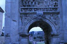 Arco di Lucio Sestio e, sullo sfondo, Arco di Tito