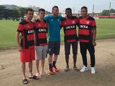 Jogadores posam com nova camisa do Fla, que estreia no 1° jogo do Brasileiro #globoesporte