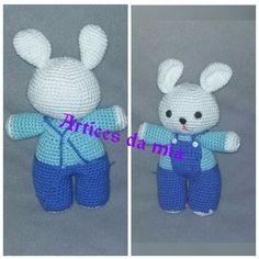 Coelho feito em crochet com +/- 24cm, confecionado com lã 100% acrílica olhos com trava de segurança
