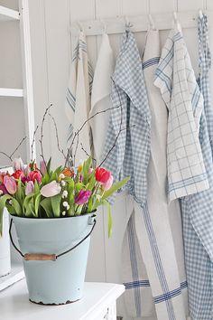 Contrast crisp fresh linen with bright colourful spring flowers #cloverandthorne
