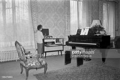 Edith Piaf In Her Apartment Located 67 Boulevard De Lannes. La chanteuse Edith PIAF convalescente regardant son piano.