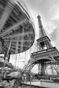 Tableau Photo Encadré - Carrousel et Tour Eiffel en Noir et Blanc