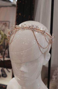 Main tordue Halo avec cristaux, perles, perles et accents de fleur  Cest en fil de laiton or, avec chaîne et festons  Chaque cristal unique, la