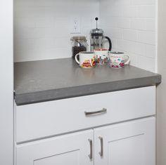 Ways To Choose New Cooking Area Countertops When Kitchen Renovation – Outdoor Kitchen Designs Gray Quartz Countertops, Outdoor Kitchen Countertops, Kitchen Countertop Materials, Bathroom Countertops, Concrete Countertops, Kitchen Tiles, New Kitchen, Kitchen Cupboard, Backsplash