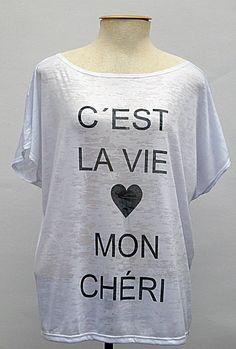 Blusa em tecido devorê com estampa de frase - C´est la vie Mon chéri <br>Tam: Único <br>Cor: branca <br>Medidas: <br>Comprimento: 65cm / Busto: 63cm / Quadril: 56cm