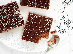 Mokkapalat on klassikkoherkku ja kaikenikäisten ikisuosikki. Perinteisten mokkapalojen päälle tulee kahvi-kaakaojauhekuorrutus ja koristeeksi nonparelleja. Sweet Pie, Something Sweet, Food Inspiration, Sweet Recipes, Tiramisu, Nom Nom, Deserts, Good Food, Sweets