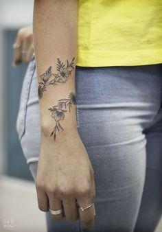 Tatuagem de Bracelete com flores ornamentais