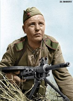 Red army soldier with a Ww2 History, Military History, World History, Battle Of Moscow, Man Of War, Ww2 Photos, Soviet Army, War Photography, Red Army