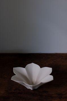 若杉聖子展(7/9~19迄)に展示中のボウルをご紹介します。直径や幅が30cm以上もある大きなものを中心にピックアップしました。食卓のダイナミックな盛り付... Ceramic Light, Ceramic Bowls, Ceramic Pottery, Ceramic Art, Japanese Ceramics, Japanese Pottery, Chinese Patterns, Ceramics Projects, Plate Design