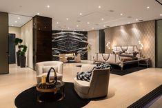Транспарентность - концепция, которая вела создание Нирваны, великолепный особняк, построенный на трех этажах с видом на скайлайн Лос-Анджелеса управляемый агентством Эстел Хилтон. Visionnaire способствовала определению стиля, благодаря столовой Chatam с Bovery стульями, гостиной Vanity Fair, офису Windsor, главной спальне Wotton и произведению искусства Dragonfly Майкла Астолфи.