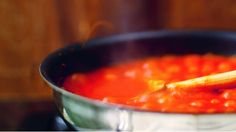 Tento recept mě naučil můj přítel a učitel Gennaro Contaldo. Tato základní omáčka z rajčat se používá na pizzu, ale skvěle se hodí i na těstoviny nebo ji můžete servírovat k masu či rybě. Je rychlá, čerstvá, sladká a omamně voní.