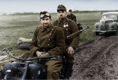 Magyar katonák a fronton egy Bmw típuú motorkerékpárral.