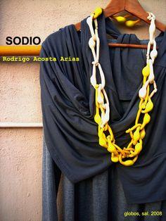 rodrigo acosta Arias  Sodio, 2008  Collar, globos y sal, 155 cm