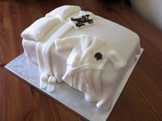 Four Seasons hotel bed cake - Think I might make this for housekeeping week Hotel Housekeeping, Good Housekeeping, Bed Cake, Employee Appreciation Gifts, Mothers Day Cake, Suite Life, Hotel Amenities, Hotel Branding, Hotel Bed