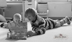 365-6 - Letzter Ferientag - Artur schaut mit Albert eines seiner Lieblingsbücher an... mit vielen Bildern und als Pop-UP Buch super für einen Lesemuffel ;)