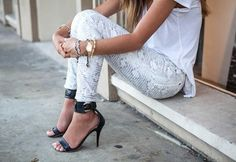 Song of Style: White Reptile for a White Summer Looks Style, Looks Cool, Song Of Style, Style Me, Classy Style, Snake Print Pants, Vogue, Facon, Mode Style