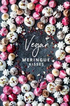 Vegan Meringue Kisses, the perfect little festive treat christmas pavlova Aquafaba, Healthy Vegan Dessert, Vegan Treats, Vegan Food, Vegan Candies, Vegan Gifts, Meringue Kisses, Meringue Cookies, Meringue Desserts