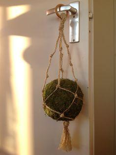 """Mosbal in macramé-hanger voor """"Hippie Christmas"""""""