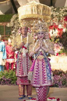 Pernikahan Adat Palembang Modern di Hotel Dharmawangsa Jakarta - Korean Wedding Photography, Fashion Photography, Traditional Wedding Dresses, Traditional Outfits, Indonesian Wedding, Indonesian Art, Kebaya Brokat, Palembang, Scarf Design