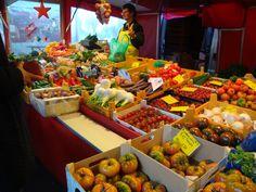 Freitags auf dem Isemarkt……..einfach wunderbar ! Ein Begriff in ganz Hamburg ist der Isemarkt unter der alten Hochbahntrasse zwischen den Haltestellen Hoheluft und Eppendorfer Baum. Hier präsentieren über 300 Händler auf fast 1 km Länge dicht gedrängt ihr Warenangebot an ausgewählten Lebensmitteln: Exotische Früchte, frisches Gemüse, Oliven und mediterrane Pasten, frisch gebackenes Brot aus kleinen … Isemarkt Hamburg weiterlesen →