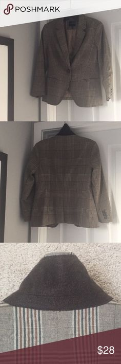 EUC The Limited Plaid Blazer Fantastic condition and still has plenty of wear!  Contrasting fabric under collar, all buttons in tact, functioning pockets, and no rips/tears in lining. *smoke free home* The Limited Jackets & Coats Blazers