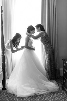 子どもの頃の話をしながら、最後の身支度はお母さんにやってもらう♡ 感動的なウェディングのアイデア。結婚式・ブライダルの参考に☆