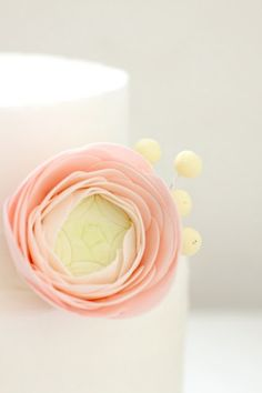 love this sugar version of my favorite flower: the ranunculus ~ by Naomi of Hello Naomi blog