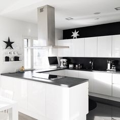 Love this black & white kitchen Living Room Kitchen, New Kitchen, Kitchen Dining, Kitchen Decor, Black Kitchens, Home Kitchens, Contemporary Doors, Cuisines Design, Sweet Home